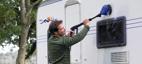 Rengjøring av campingvognen med Nilfisk roterende børste