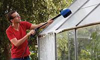Rengøring af drivhuset med Nilfisk Multi Brush 3-i-1 kit